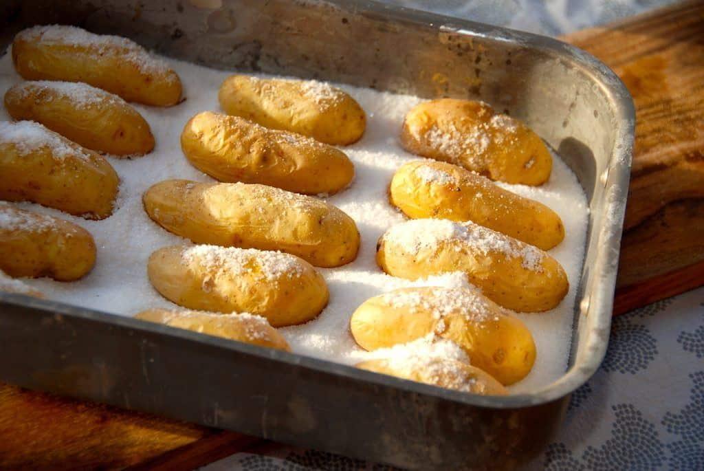 Det er nemt at lave lækre saltbagte aspargeskartofler. Stil kartoflerne på et lag salt, og bag dem i ovnen i cirka 35-40 minutter. Foto: Guffeliguf.dk.