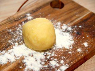 Smørbolle er god til jævning af sovs og andre retter, og den er meget nem at lave. Du skal blot lige dele smør og hvedemel. Foto: Madensverden.dk.