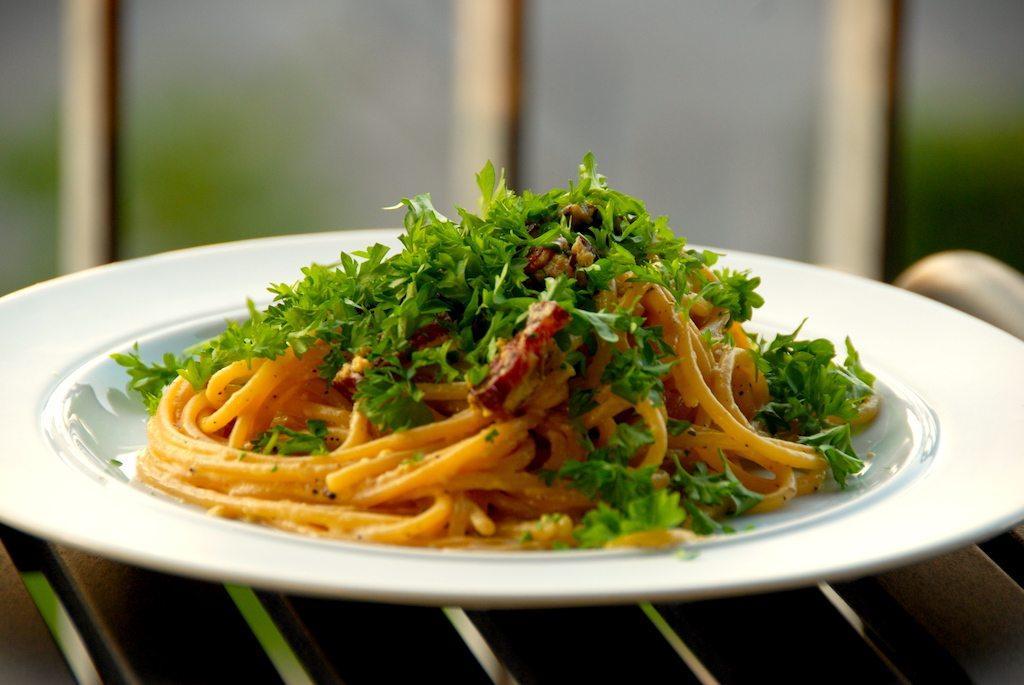 Verdens bedste spaghetti carbonara, præcis som de bedste italienske spisesteder laver den i Rom. Du kan lave den med eller uden parmesan, men altid anrette carbonaraen med friskhakket persille. Foto: Guffeliguf.dk.