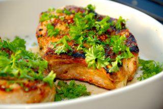 Weber koteletter: Grillede svinekoteletter med hvidløgsmarinade
