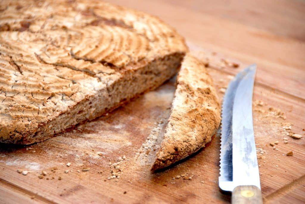 Et hjemmebagt ølandshvedebrød, der hæver i en hævekurv. Brødet er bagt med fuldkorns ølandshvede og kærnemælk. Foto: Guffeliguf.dk.