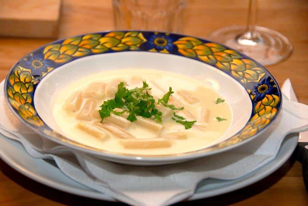 Aspargessuppe med hvide asparges - klassisk opskrift