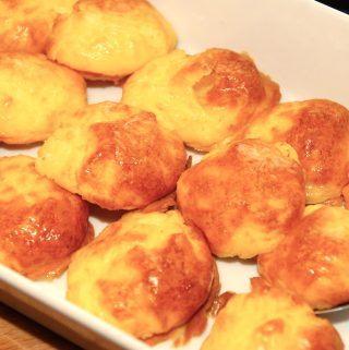 Lækker og bagt kartoffelmos, der ikke flyder ud i ovnen. Mosen tilsættes pasteuriserede æggeblommer, og sættes på en bageplade med en spiseske. Derefter bages de i 10 minutter. Foto: Madensverden.dk.