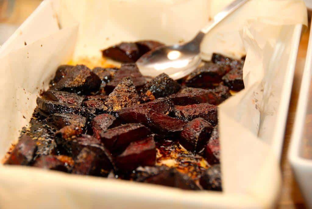 Bagte rødbeder i ovn er fremragende tilbehør til retter med især oksekød. Rødbederne ovnbages med balsamico, og bliver meget smagfulde. Foto: Guffeliguf.dk.