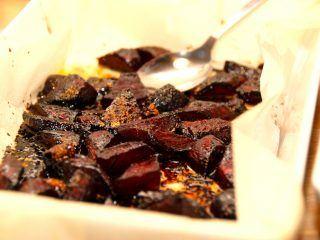 Bagte rødbeder i ovn er fremragende tilbehør til retter med især oksekød. Rødbederne ovnbages med balsamico, og bliver meget smagfulde. Foto: Madensverden.dk.