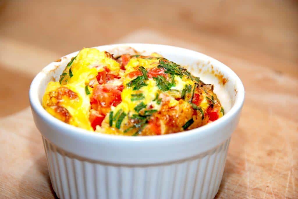 Nemme brunchæg til morgenbordet eller den lækre brunch. Æggene er lavet med parmaskinke, tomat og purløg. Foto: Guffeliguf.dk.