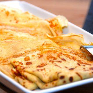 Lækre brunch pandekager, der bages et lille minut på hver side. Pandekagerne tilberedes med lidt kardemomme og bagepulver, pg passer perfekt til brunchbordet. Du kan også lave dem mindre, og så får du selvfølgelig flere pandekager ud af opskriften. Foto: Madensverden.dk.