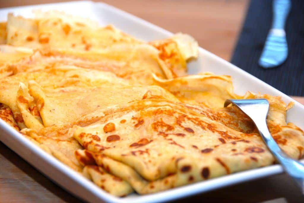 Lækre brunch pandekager, der bages et lille minut på hver side. Pandekagerne tilberedes med lidt kardemomme og bagepulver, pg passer perfekt til brunchbordet. Du kan også lave dem mindre, og så får du selvfølgelig flere pandekager ud af opskriften. Foto: Guffeliguf.dk.