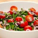 Cherrytomater med bønner, der er en god salat, hvor du kommer rødløg ved. Foto: Guffeliguf.dk.