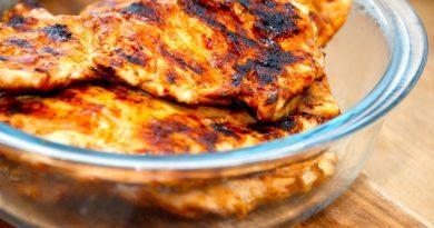 Fladmast kylling laver du ved, at slå kyllingebryst med en kødhammer eller en kagerulle, så kyllingekødet bliver mere tyndt og fladt. Det gør kødet mere mørt og hurtigere at tilberede. Foto: Guffeliguf.dk.