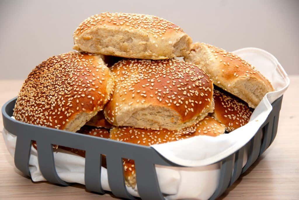 Hurtige burgerboller med sesam, som burgerbollerne skal være. Bollerne æltes, lægges på en bageplade, hæver i en halv time, hvorefter de bages i cirka 10 minutter. Foto: Guffeliguf.dk.