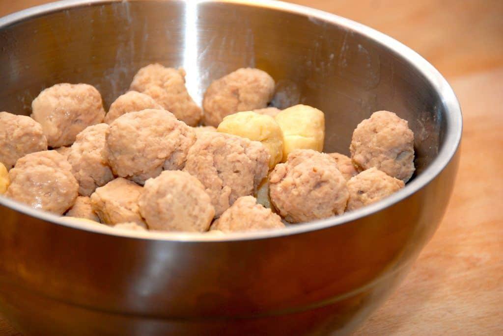 Det er ret nemt at lave sine egne kød- og melboller til suppen. Og så smager de bedre end de færdigkøbte. Foto: Guffeliguf.dk.