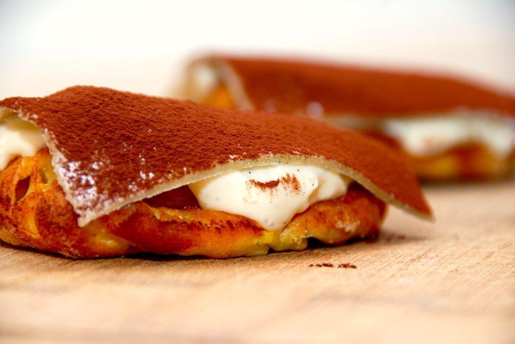 Kartoffelkager er blandt mine absolutte favoritkager. En bund af vandbakkelse med en flødecreme i midten, og så med marcipan på toppen. Drysset med et lilel lag kakao. Det gør kartoffelkagen til den perfekte kage. Foto: Guffeliguf.dk.