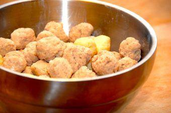 Det er ret nemt at lave sine egne kød- og melboller til suppen. Og så smager de bedre end de færdigkøbte. Foto: Madensverden.dk.