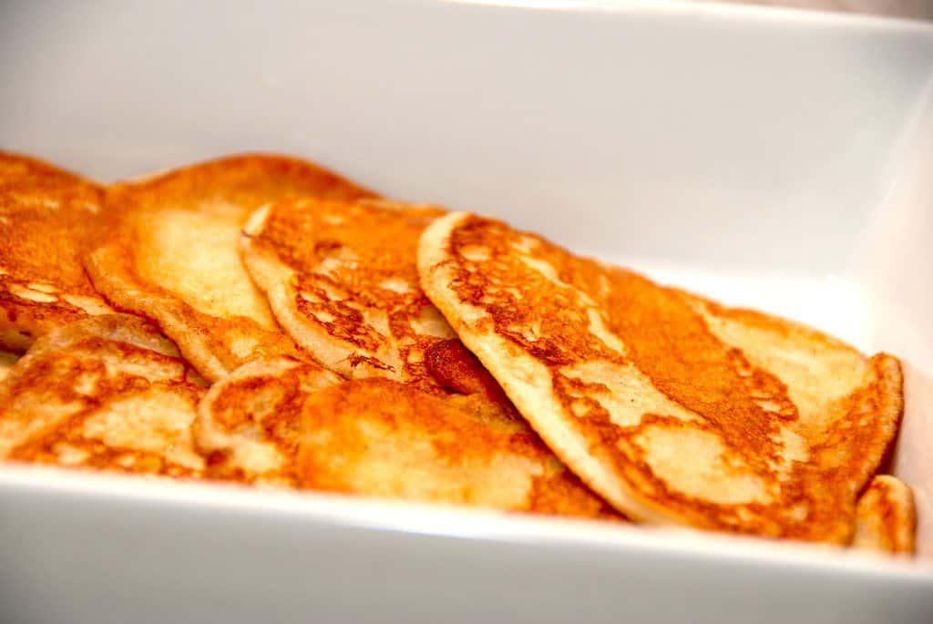 Luftige pandekager, der bages med piskede æggehvider. Pandekagedejen er bedst til små pandekager, hvor du kan bage tre styks ad gangen på en middelvarm pande. Foto: Guffeliguf.dk.