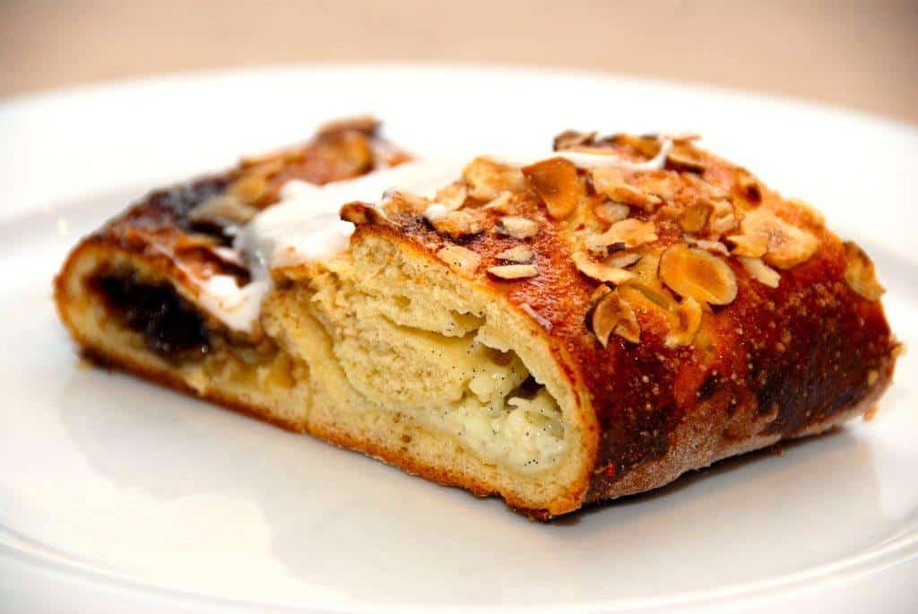En nem kanelstang med remonce, kagecreme og glasur. Kanelstangen bages i 18-20 minutter. Foto: Guffeliguf.dk.