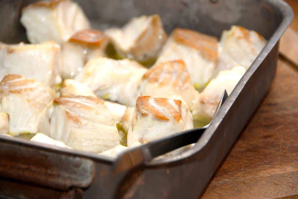 Ovnbagt mørksej er hurtig mad. Fisken skæres ud i store stykker, og bages 10 minutter i ovnen. Foto: Guffeliguf.dk.