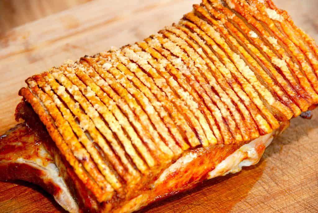 En lækker og ovnstegt ribbensteg med sprøde svær. Ribbenstegen kan serveres til både frokostbordet og aftensmaden. Det eneste du skal bruge er steg og salt. Foto: Guffeliguf.dk.