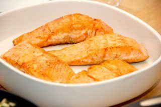 Pandestegt laks er en nem måde at tilberede laksefileter på. Giv dem lidt salt, og steg dem i 8-10 minutter i lidt smør. Foto: Guffeliguf.dk.
