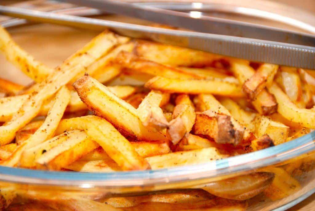 Lækre og nemme kartoffelfritter med pommes frites krydderi. Det er gode og smagfulde pommes frites, der er godt som tilbehør til retter med kød. Foto: Madensverden.dk.