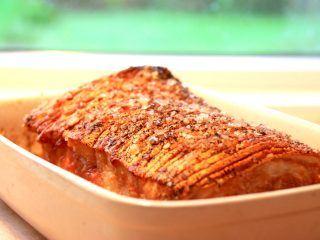 Ribbensteg er dejlig mad til både frokost og aftensmad. Her er opskriften på den perfekte ribbensteg i ovn, men duskan også lave den i din grill. Foto: Madensverden.dk.