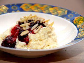 En virkelig lækker risalamande med kirsebærsauce. Risalamanden er en klassiker juleaften, men den kan spises i hele vinterhalvåret. Foto: Madensverden.dk.