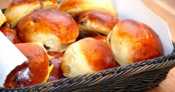 Skønne og lækre rosinboller, der bages med smør. Pensl med bollerne med sammenpisket æg, så de får en flot bageskorpe under turen i ovnen. Foto: Madensverden.dk.