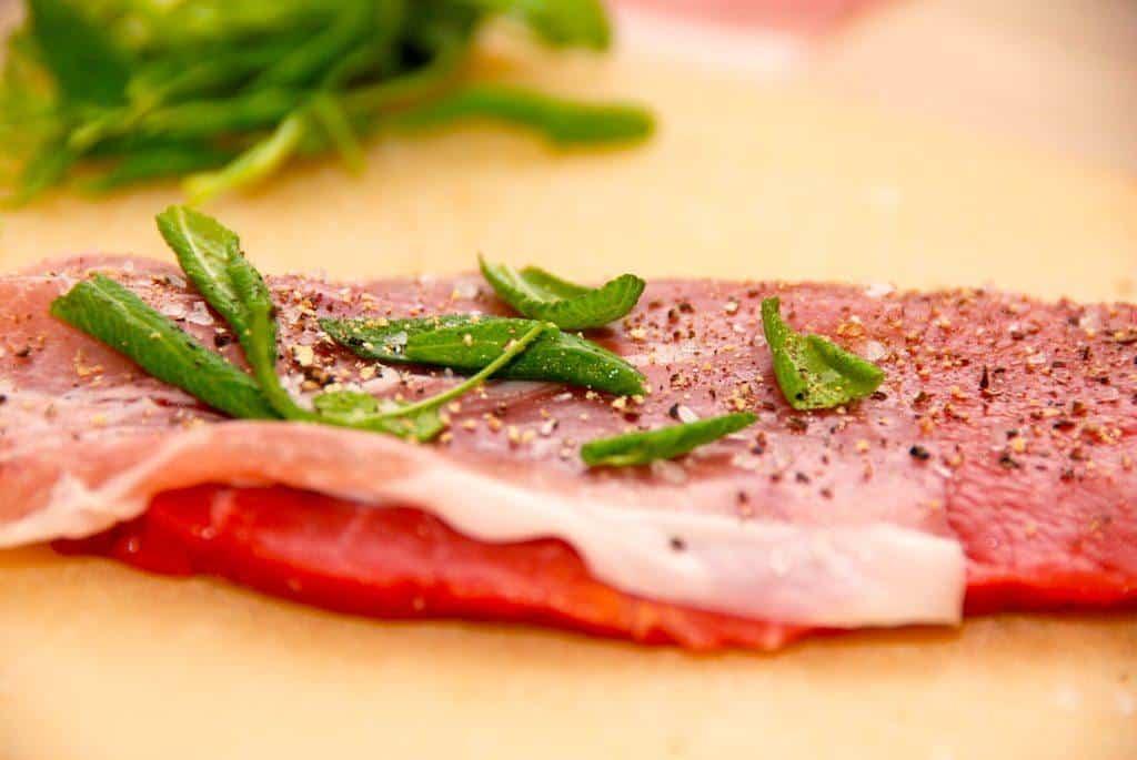 Saltimbocca er klassisk italiensk mad, hvor skiver af kalvekød foldes med parmaskinke og salvie, inden de steges møre på panden. Foto: Guffeliguf.dk.