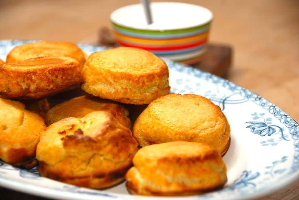 Du kan sagtens lave disse lækre æbleskiver uden æbleskivepande. Bag i stedet æbleskiver i en muffinform, og de bliver fine og sprøde. Foto: Madensverden.dk.