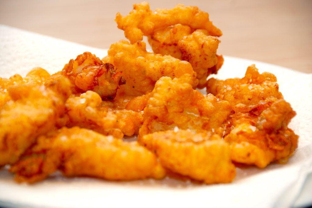 Her er det lækre stykker af torsk, der er dyppet i beignetdej, og derefter stegt i fritureolie. Det er en del af fish and chips. Foto: Guffeliguf.dk.