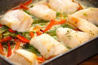 Brosme ovnbagt med flødestuvede grøntsager
