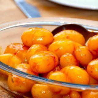 Lækker opskrift på brunede kartofler med sukkervand. Netop sukkervandet sikrer en ensartet karamel, og dermed verdens bedste brunede kartofler. Foto: Madensverden.dk.