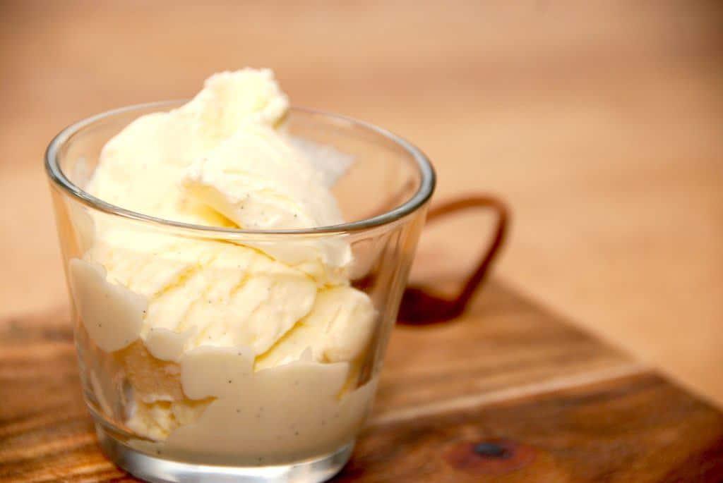 Cremet is, der laves af kondenseret mælk og ægte vanilje. Den hjemmelavede vaniljeis bliver virkelig cremet og uden iskrystaller. Foto: Guffeliguf.dk.