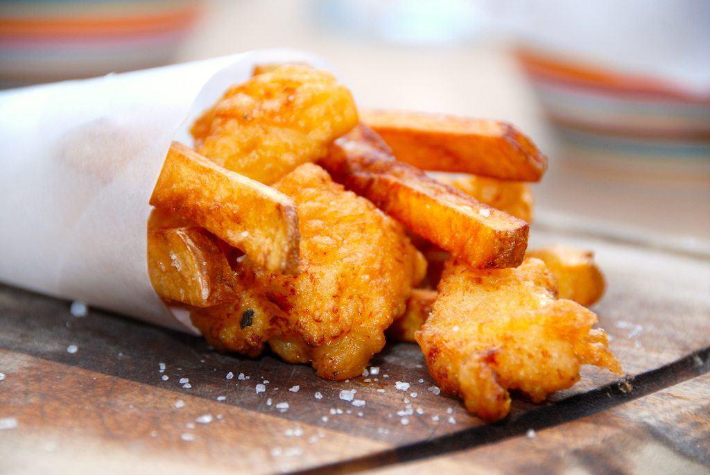 Fish and chips. En af de legendariske retter med indbagt fisk og sprøde fritter. Og det er faktisk ret nemt at lave selv. Foto: Guffeliguf.dk.