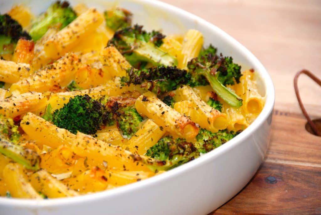 Verdens bedste flødesovs med pasta og letdampet broccoli. Flødesovsen laves også med ristet bacon, løg og hvidløg, inden det hele bages færdigt i ovnen. Foto: Guffeliguf.dk.