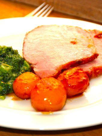Hamburgerryg med grønlangkål er en virkelig dejlig ret. Som du kan se på billedet, skal det selvfølgelig serveres med brunede kartofler. Foto: Madensverden.dk.