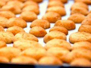 Julens småkager skal bages og helst i god tid. Her finder du de mest populære julesmåkager, og en af dem er jo som bekendt pebernødder. Foto: Madensverden.dk.