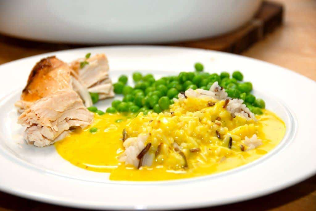 En nem og god karrysovs med hønsebouillon. Her er karrysovsen serveret til kylling med ris. Foto: Guffeliguf.dk.