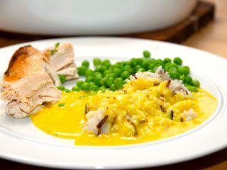 En nem og god karrysovs med hønsebouillon. Her er karrysovsen serveret til kylling med ris. Foto: Madensverden.dk.