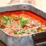 Koteletter i ovn laves i fad med løg, champignon og peberfrugter. Koteletterne ligger i en dejlig paprikaflødesovs. Foto: Guffeliguf.dk.