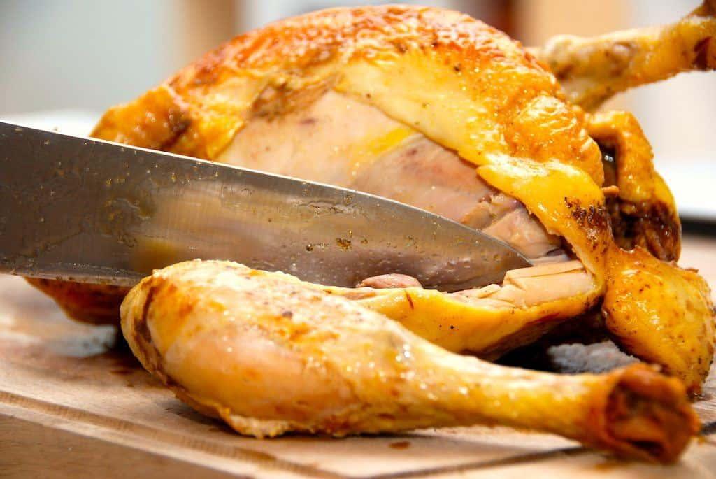Kylling i ovn giver et super mørt stykke fjerkræ, hvor lårene falder af ved den mindste berøring. Og kødet bliver samtidig meget saftigt. Foto: Guffeliguf.dk.