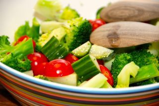 Nem salat med broccoli, tomat og agurk
