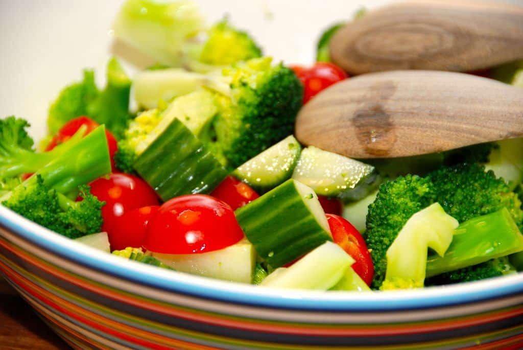 En sund, dejlig og nem salat med letkogt broccoli, små tomater og økologisk agurk. Mættende og nærende, og vend så salaten med en hurtig sennepsdressing. Foto: Guffeliguf.dk.