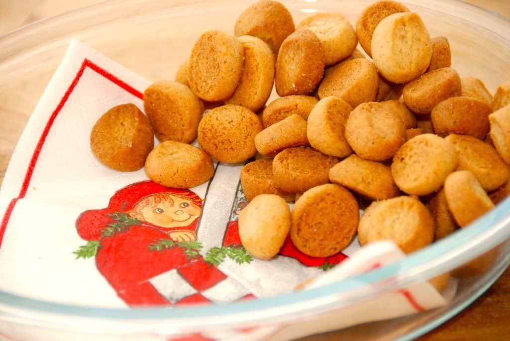 Nemme pebernødder til julen, men samtidig de bedste. Pebernødderne krydres godt, og dejen laves med lidt fløde, hvilket giver pebernødderne masser af smag og en sprød konsistens. Som pebernødder skal være. Foto: Guffeliguf.dk.