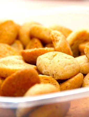 Pebernødder er en af de småkager, der nok hører julen allermest til. Her har jeg bagt dem i en luksus udgave med masser af gode krydderier og lidt piskefløde. Foto: Madensverden.dk.