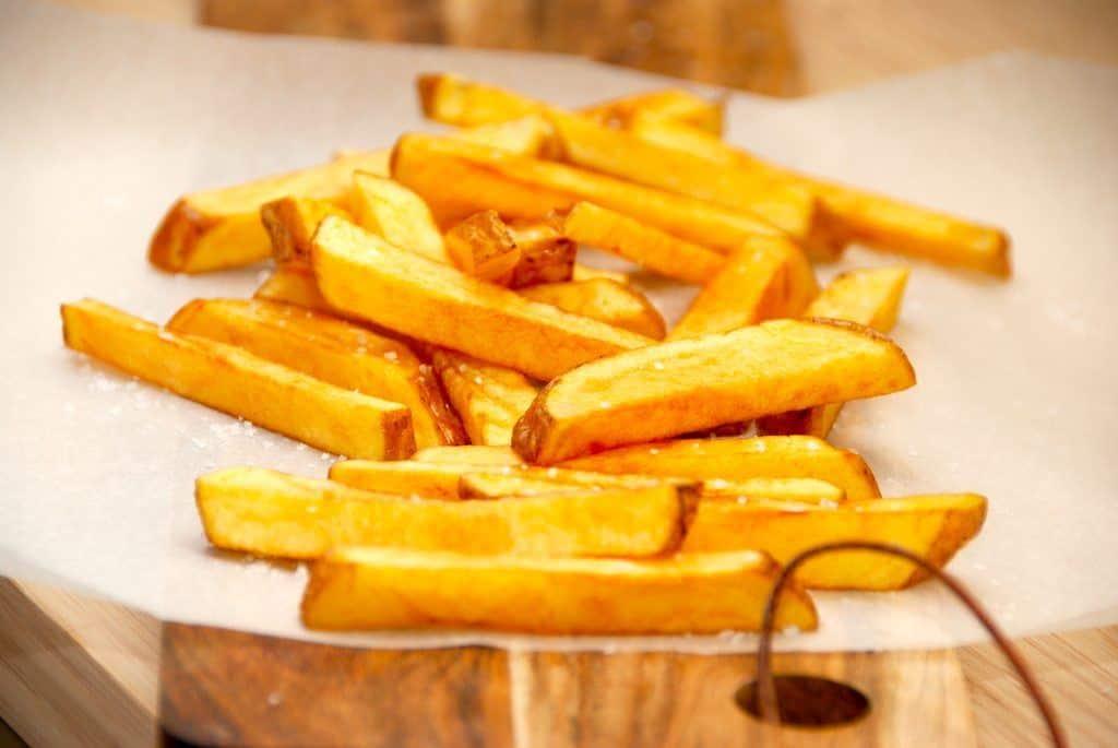 Lækre og sprøde pommes frites stegt i fritureolie. Fritterne er stegt i en gryde, hvor kartoffelstængene steges i to omgange. Foto: Guffeliguf.dk.
