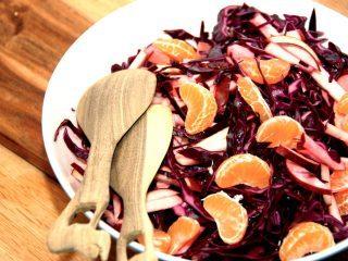 Lækker salat med rødkål, æbler og både af klementiner. en rigtig god salat til anden juleaften, men den er også god til mange andre retter. Du kan også putte lidt ristede pinjekerner i rødkålssalaten. Foto: Madensverden.dk.