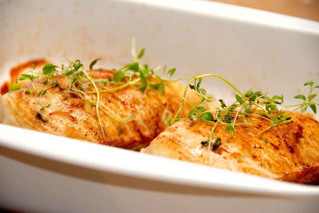 Saftig og mør perlehønebryst, der er saltsprængt og derefter stegt færdig i ovnen. På den måde får du virkelig lækkert stykke kød. Foto: Guffeliguf.dk.