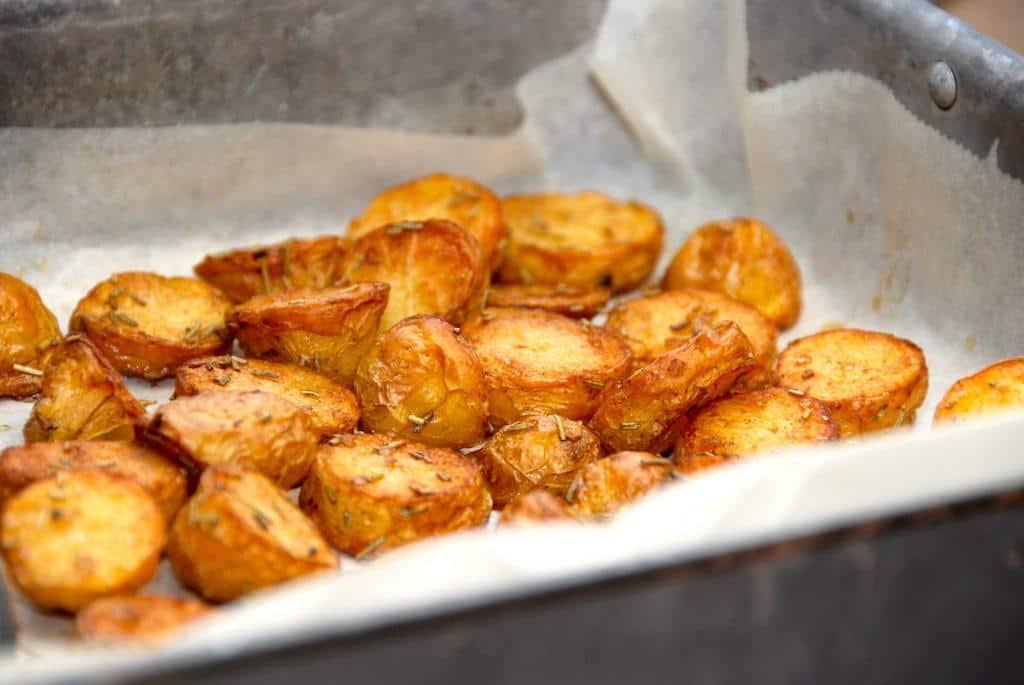 Dejlige smørristede ovnkartofler, som først ristes i smør på en varm pande, og derefter steges fædrige i ovnen. Foto: Guffeliguf.dk.