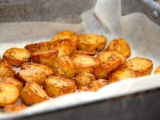 Dejlige smørristede ovnkartofler, som først ristes i smør på en varm pande, og derefter steges færdige i ovnen. Foto: Madensverden.dk.